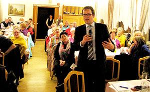 Florian Janik (vorne stehend) erläutert seine Position zur Nachverdichtung in Büchenbach-Nord